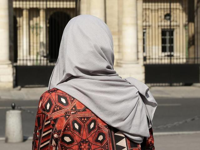 The Palestinian refugee woman said that she did not want to remove the headscarf in the presence of men. The mayor said her headscarf meant an expression of religious worldview.