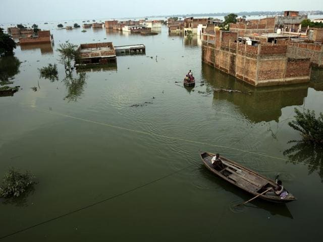 Flood victims take refuge in a makeshift camps in Allahabad.