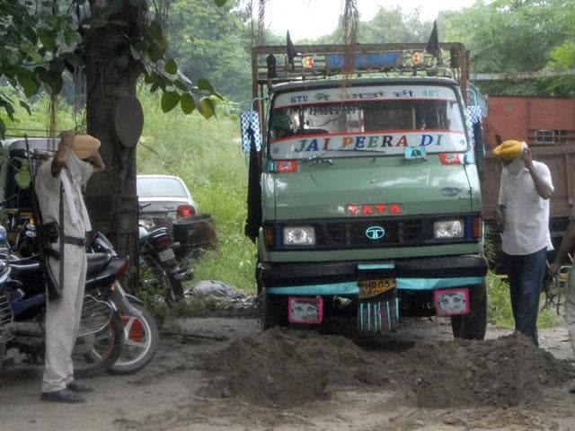 beef,mangled vehicle,National Highway-1