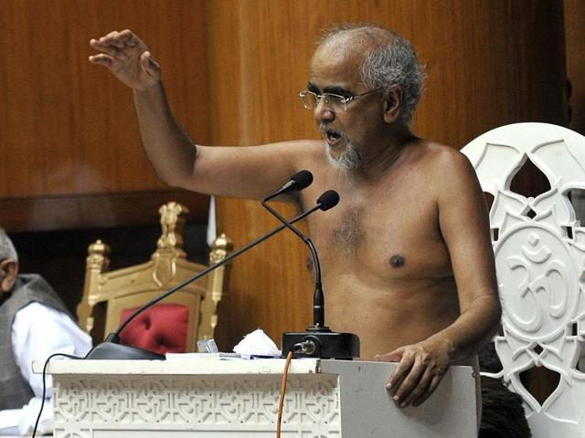 Jain monk Tarun Sagar speaks at the Haryana assembly in Chandigarh on Friday.