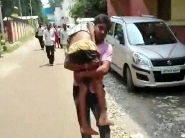 Sunil Kumar of Kanpur has alleged that his ailing son died after being denied admission in the emergency section and stretcher in a government hospital.(HT Photo)