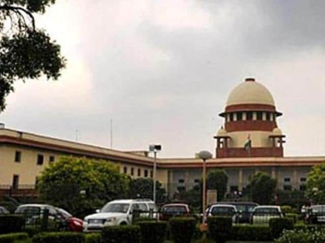 A plea challenging a Bombay High Court order backing the recently introduced common law entrance test in Maharashtra led the Supreme Court to seek a response from the state government on Monday.