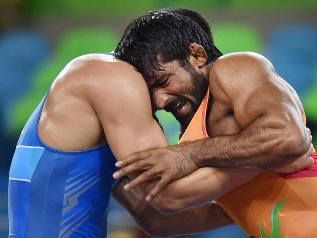 India's Yogeshwar Dutt fights with Mongolia's wrestler Mandakhnaran Ganzorig.