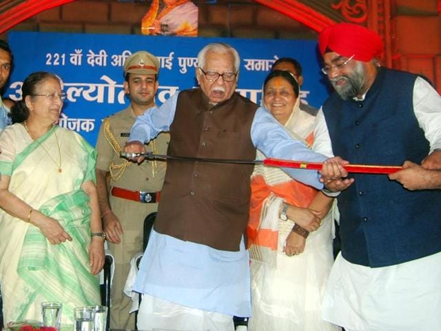 UP guv Ram Naik, besides Lok Sabha Spreaker Sumitra Mahajan, holds a sword gifted by Sikhs in Indore on Wednesday.
