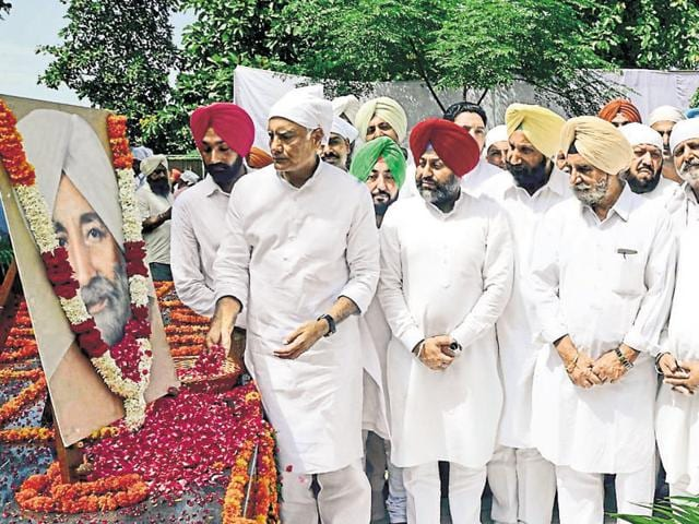(From left) Senior Congress leader Sunil Jakhar, former chief minister Beant Singh's grandson Gurkirat Singh, Dera Baba Nanak legislator Sukhjinder Singh Randhawa, Ludhiana MP Ravneet Singh Bittu (extreme right), and other Congress leaders paying tributes to Beant Singh on his death anniversary at his memorial in Chandigarh on Wednesday.