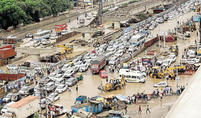 Snarls were seen at Hero Honda Chowk (above) and Signature Tower on the main carriageway of the expressway.