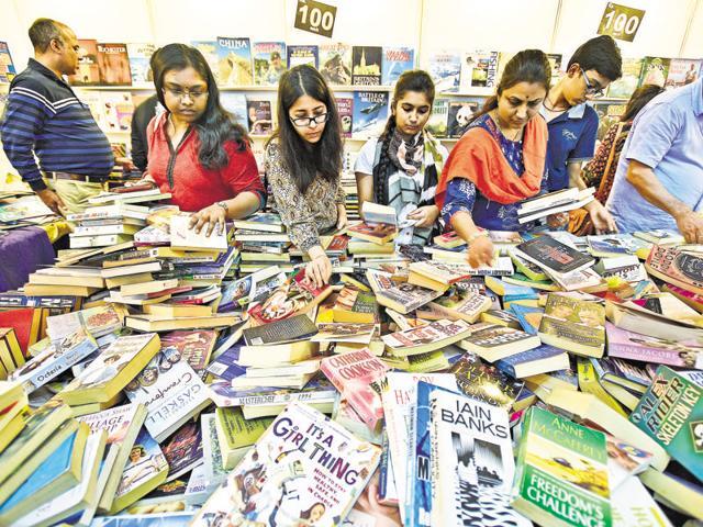 Visitors sift through the heaps of books at the Delhi Book Fair.(Raj K Raj/Hindustan Times)