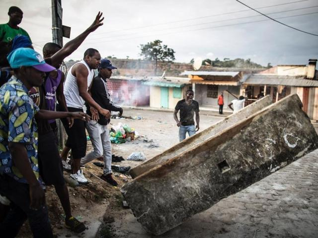 Protesters set up a barricade in the Nstara district of Libreville.