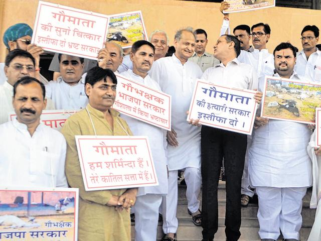 Former chief minister Ashok Gehlot, leader of Opposition Rameshwar Dudi and Congress lawmakers protest against the death of over hundreds of cows at Hingonia rehabilitation centre at state assembly in Jaipur on Friday.