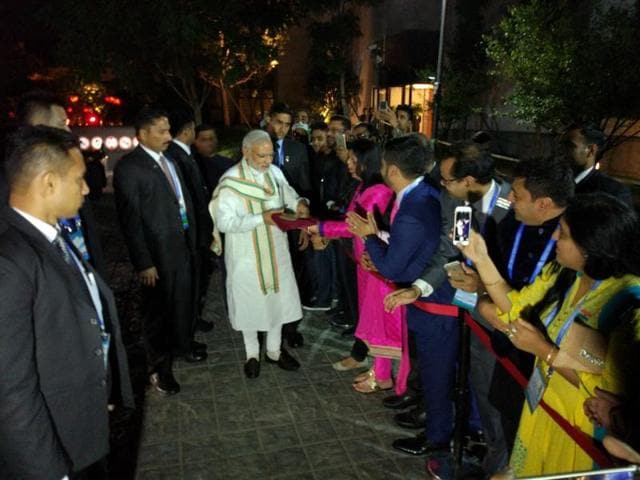 Members of the Indian community in China greets Prime Minister Narendra Modi in Hangzhou.(Sutirtho Patranobis/HT Photo)
