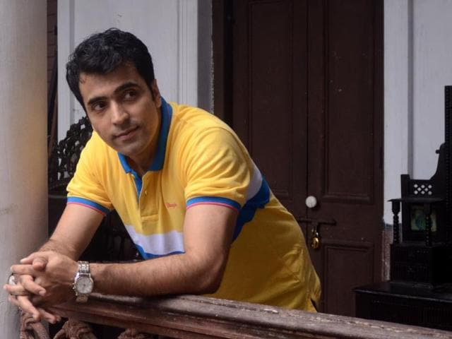 Abir  Chatterjee, who had earlier worked in Arindam Sil's  Har har Byomkesh, has once again joined hands with  the filmmaker to play the iconic sleuth in Byomkesh Pawrbo.