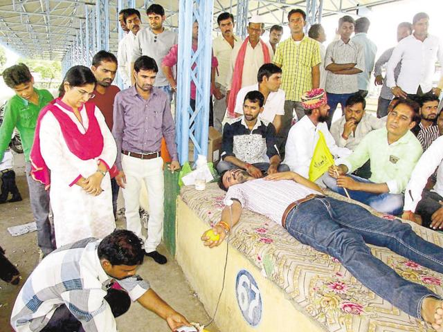 Three farmers stage a mock burial in Harda to show that the government had left them with no option other than suicide.