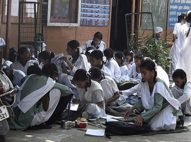 Students sit on the floor at a government school in Mustafabad, Delhi.(Sonu Mehta/HT Photo)