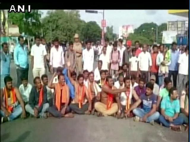 Cauvery Horata Samiti activists protest in Mandya over SC order to release Cauvery water to Tamil Nadu.(ANI Photo)