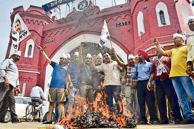 Aam Aadmi Party workers burning an effigy of the Punjab government in Amritsar on Tuesday. Sameer Sehgal/HT
