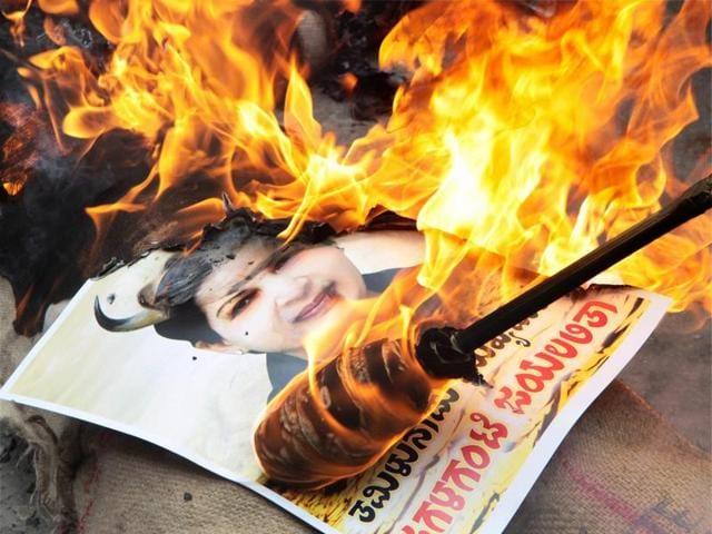 Members of Kannada Vatal Chaluvali Paksha, Vatal Nagaraj protest by burning photos of Tamil Nadu chief minsiter Jayalalithaa over the Cauvery water issue, at Kempegowda Bus Terminal in Bengaluru.(PTI)