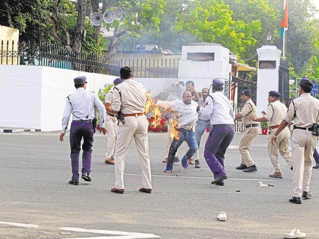 NCP man sets himself afire in Bhopal,Manoj Tripathi,Ram Naresh Yadav