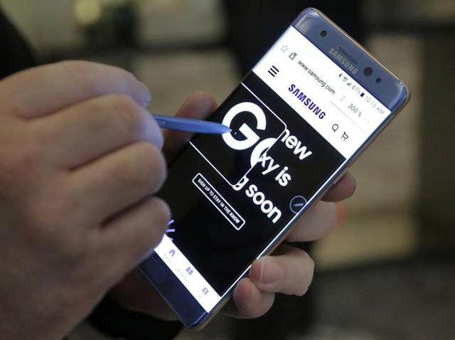 Aviation safety officials have warned airline passengers not to turn on or charge Samsung's Galaxy Note 7 phones during flights.