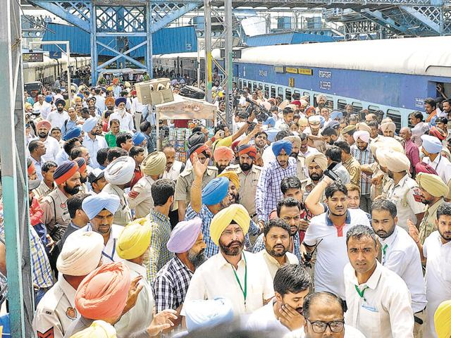A huge rush was witnessed on the AAP convener's arrival on platform number 2.