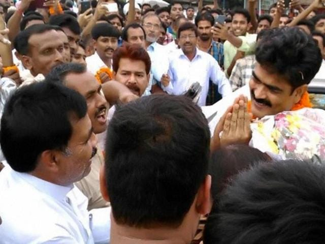 Mohammad Shahabuddin being greeted by supporters after being released on bail after 12 years of imprisonment in Bhagalpur on Saturday.