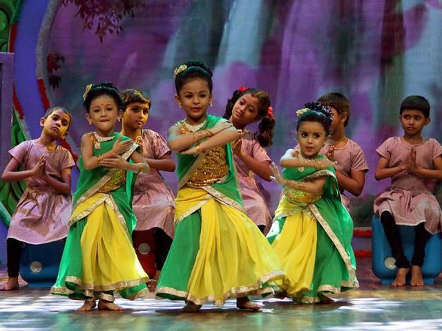 Director Swarnendu Samaddar with child actors Hiya and Sinchana on the set of Potol Kumar Gaanwala.
