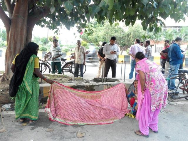 Two women with her and some passerby covered Punam with dupattas and helped her deliver the male child on the roadside in Jalandhar on Tuesday.