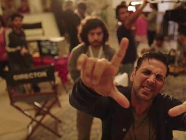 In a video shared by Akshay fans on Monday, the Bollywood star is seen directing a wide shot! The small video is going viral online ever since.
