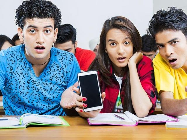Facebook and Whatsapp don't work in phones of students who operate the apps via Wifi provided by DU.
