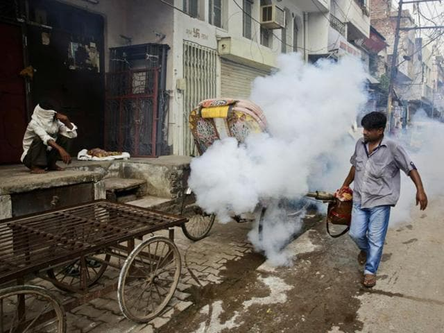 A health worker fumigates an area in order to prevent the spread of mosquito-borne diseases in Allahabad.(AP Photo)