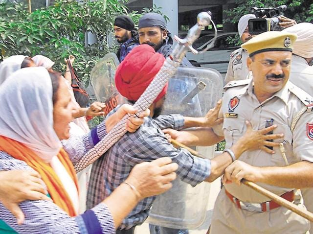 Riot victims clashing with cops during protest outside the mini-secretariat on Wednesday.
