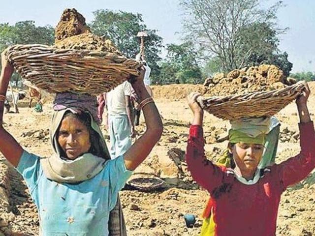 'Feminisation' of rural job scheme: Women outnumber men in MGNREGS - Hindustan Times