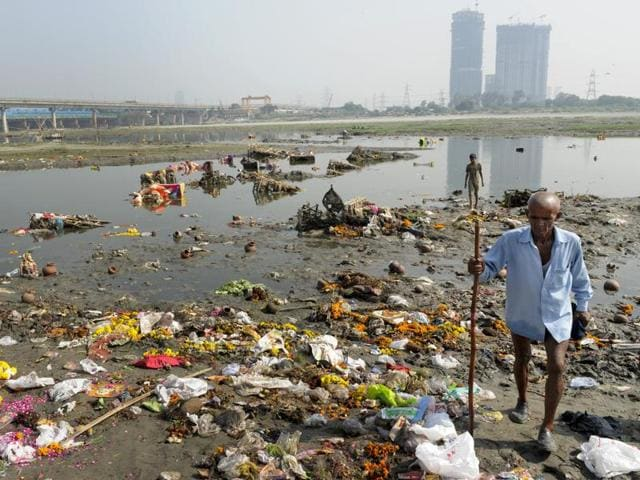 Plastic waste and other garbage drift on the surface of the ankle-deep river at the close of the Ganesh Chathurthi festivities. (Burhaan Kinu/HT PHOTO)