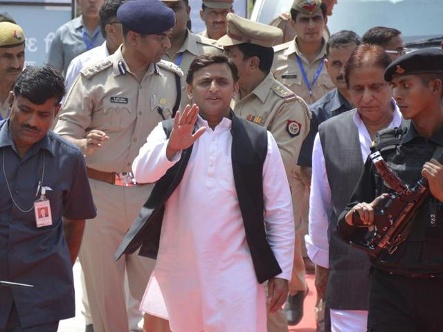 Akhilesh Yadav gives back ministries to Shivpal, keeps hold on UP poll tickets