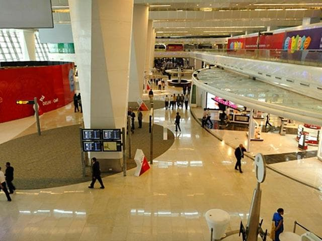 A customer service agent at the Indira Gandhi International Airport in New Delhi was caught stealing valuables from a sleeping passenger.