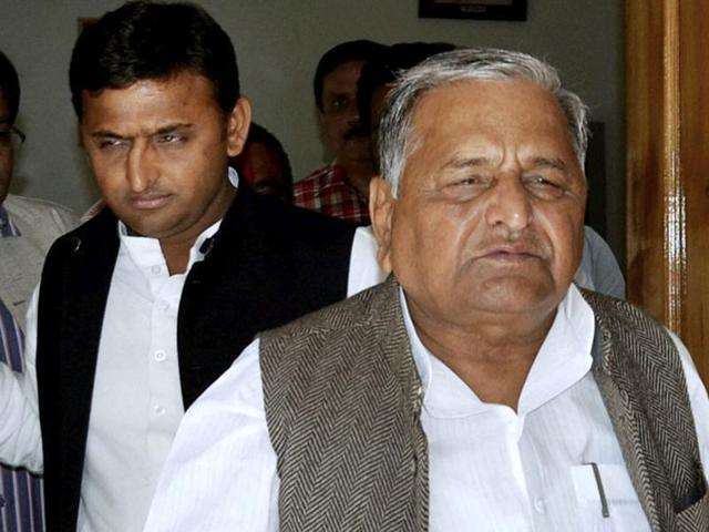 Samajwadi Party chief Mulayam Singh Yadav (right) with his son Akhilesh Yadav at a press conference in March 2012. The party had yet to announce Akhilesh as its chief ministerial candidate at the time.(Arvind Yadav/HT File Photo)