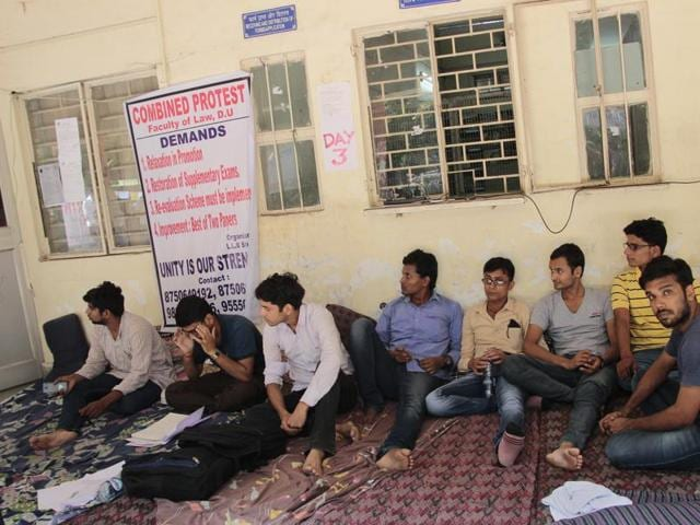 Law students of Delhi University are protesting against the mass failure of undergraduate students.