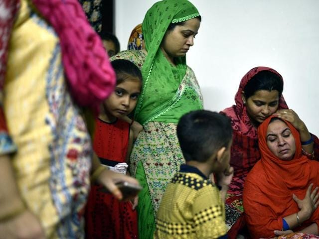 Family consoles Sadaf, mother of 14-year-old Abuzar suspected to have died of dengue in southeast Delhi's Shaheen Bagh.(Arun Sharma/HT PHOTO)