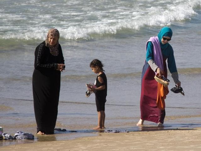 Australian woman in 'burkini' made to leave French beach ...