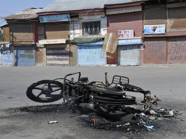 "Protesters set ablaze a motorbike for ""violating"" the separatist's strike call at Batamaloo in Srinagar, on September 20,2016.(Waseem Andrabi / HT Photo)"