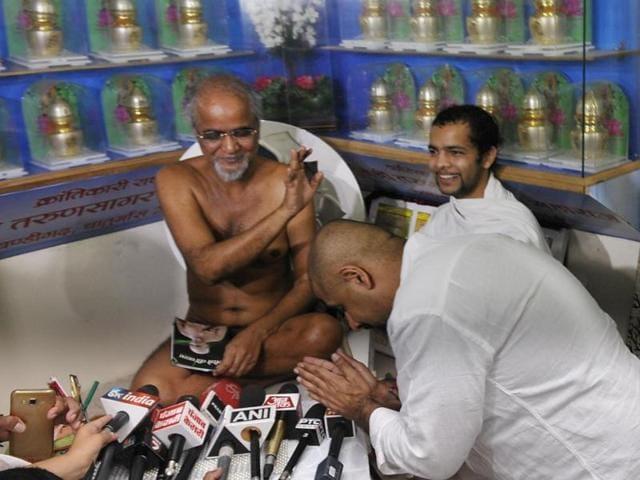 Music composer Vishal Dadlani apologising to Jain monk Tarun Sagar in Chandigarh on Wednesday.(Karun Sharma/ HT Photo)