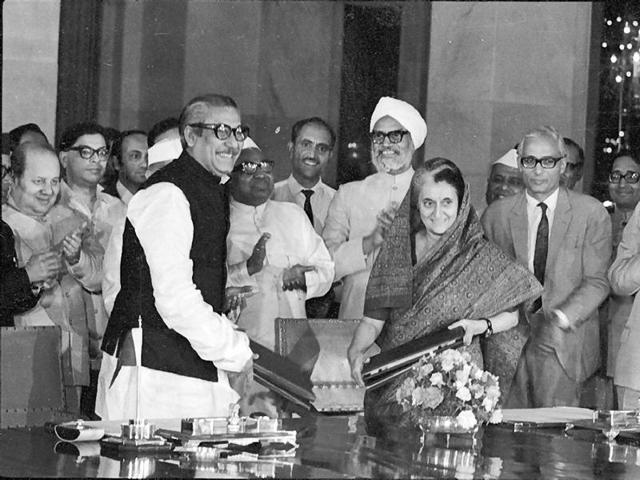 Then Indian PM Indira Gandhi signs an agreement with her Bangladeshi counterpart Sheikh Mujibur Rahman on May 16, 1974.(HT file)