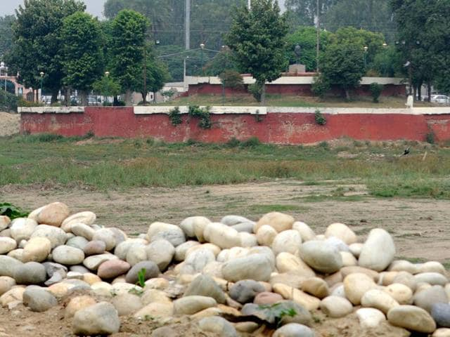The renovation work at the Rajindra Lake in Patiala is held up.