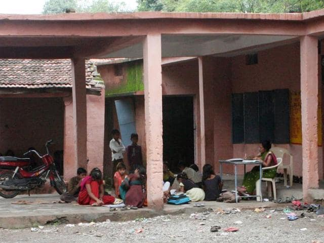 Tribal students at a government hostel in Umarsara town in Yavatmal (Maharashtra) had to go without food for six days, allegedly due to non supply of food items by the private contractor tasked with the job.
