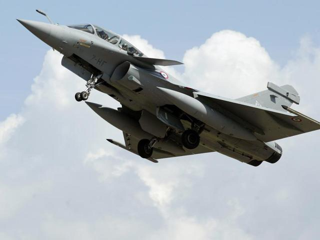 This file photo taken on July 11, 2006 shows a Rafale Fighter jet, built by French aviation company Dassault flying past in Saint-Dizier. India has signed a formal agreement to buy 36 Rafale fighter jets from France's Dassault.(AFP Photo)
