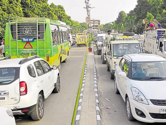 Vehicles lined up in a traffic snarl on Ferozepur Road due to the Kisan Mela and Pashu Palan Mela at PAU and GADVASU in Ludhiana on Thursday.