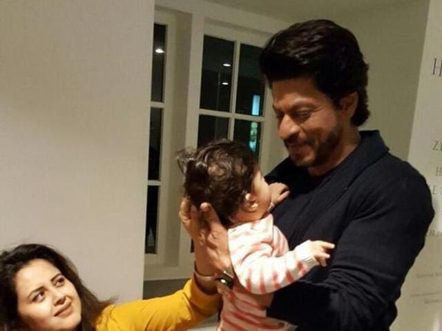 In a recent post shared by one of his fan clubs on Twitter, Shah Rukh Khan is seen in an extremely cute picture with a toddler.
