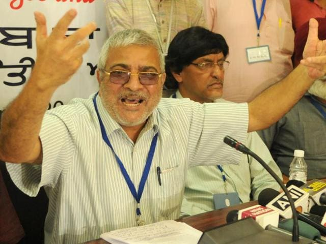 Dr Dharamvira Gandhi addressing media during a press conference in Chandigarh on Sunday.(Anil Dayal/HT Photo)