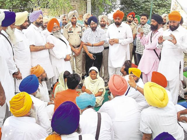 Congress leader Inderjit Singh Zira (fourth from left), deputy commissioner MS Jaggi (centre) during the cremation in Faridkot on Sunday.