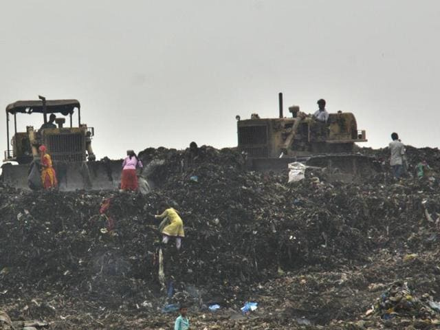The Brihanmumbai Municipal Corporation turned to Indian Institute of Technology, Bombay, to suggest measures to prevent fires at the Deonar dumping ground.(HT FILE PHOTO)
