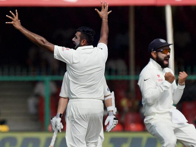 Virat Kohli (2L) and teammates celebrate the fall of New Zealand's last wicket, that of Neil Wagner.